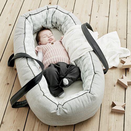 baby-dan-babynest-med-baereplade-cuddle-nest-ergo-graa-omkranser-barnet-og-giver-tryghed-naar-det-sover