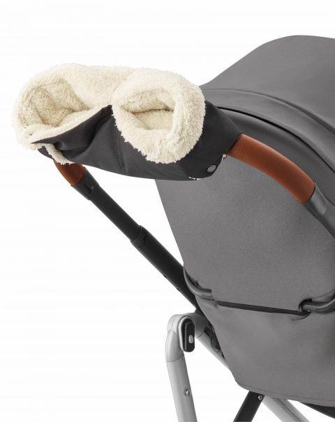 JPG CMYK 300 DPI-1810057110_2019_maxicosi_stroller_travelsystem_lila_black_nomadblack_winterpack_gloves_3qrt